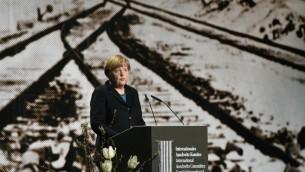 Angela Merkel lors de son discours à Berlin pour commémorer le 70ème anniversaire de la libération d'Auschwitz (Crédit : AFP/Tobias Schwarz)
