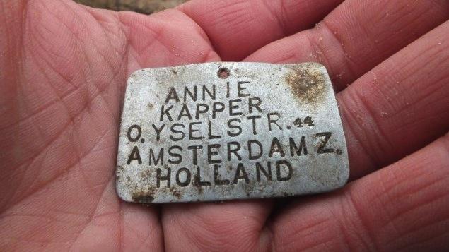 Une plaque en métal avec le nom d'Annie Kapper d'Amsterdam a été retrouvée à Sobibor en 2013 (Crédit : Autorisation de Yoram Haimi/JTA)
