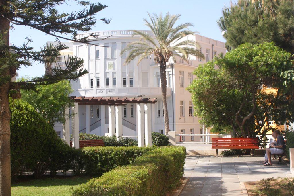L'ancienne mairie sur la rue Bialik (Crédit : Shmuel Bar-Am)