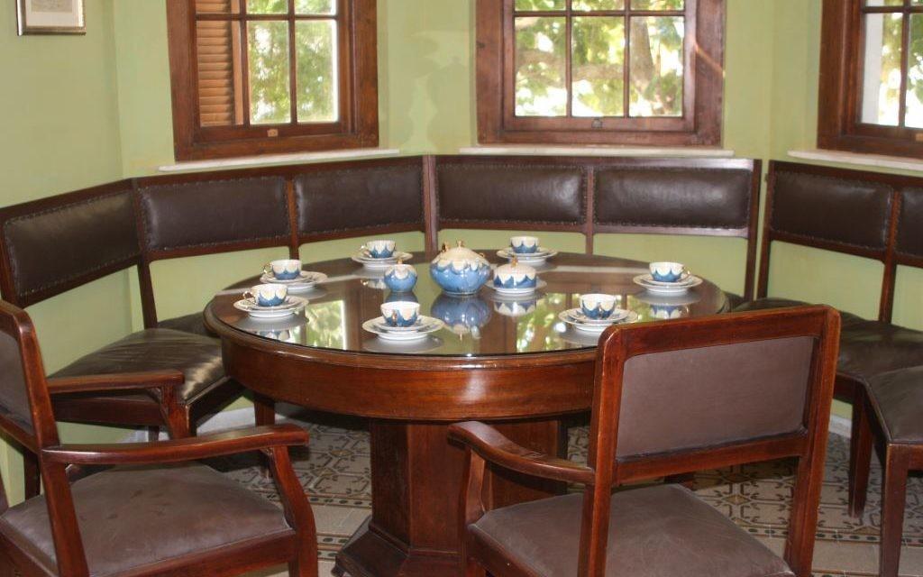 La salle à manger de la maison Bialik (Crédit : Shmuel Bar-Am)