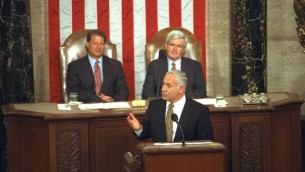 Le Premier ministre Benjamin Netanyahu lors de son discours au Congrès américain le 10 juillet 1996. Derrière se trouve le vice-président Al Gore et le président du Congrès Newt Gingrich (Crédit photo : Yaacov Saar/GPO)