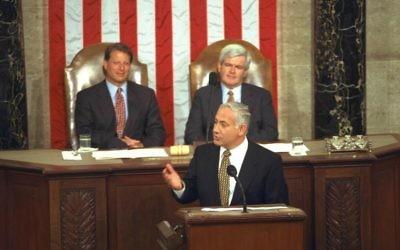 Le Premier ministre Benjamin Netanyahu lors de son discours au Congrès américain le 10 juillet 1996. Derrière  lui se trouvent le vice-président Al Gore et le président du Congrès Newt Gingrich (Crédit photo : Yaacov Saar/GPO)