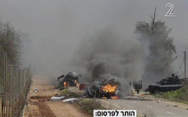Deux véhicules militaires israéliens brûlés suite à une attaque revendiquée par le Hezbollah le long de la frontière libanaise le 28 janvier 2015. (Capture d'écran : Deuxième chaîne)