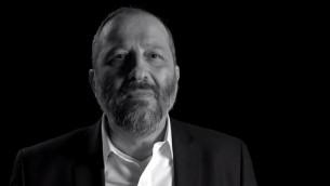 Capture d'écran de la vidéo de campagne du dirigeant du parti Shas, Aryeh Deri (Crédit : Capture d'écran YouTube/Shas Official)