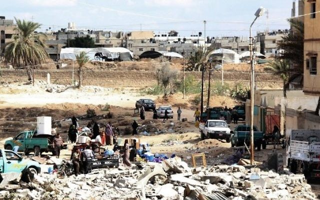Des familles égyptiennes rassemblent leurs affaires et quittent leurs maisons pendant une opération militaire dans la ville égyptienne de Rafah, près de la frontière avec le sud de la bande de Gaza, le 30 octobre 2014. (Crédit : AFP / STR)