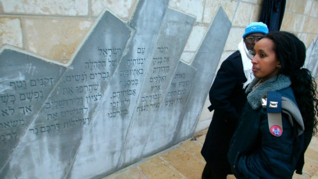 Une soldate de l'armée de l'air près d'un monument commémorant les Juifs éthiopiens morts en chemin vers Israël. La photo a été prise le 14 mars 2007 (Crédit : Olivier Fitoussi/ Flash 90/ Israeli pool)