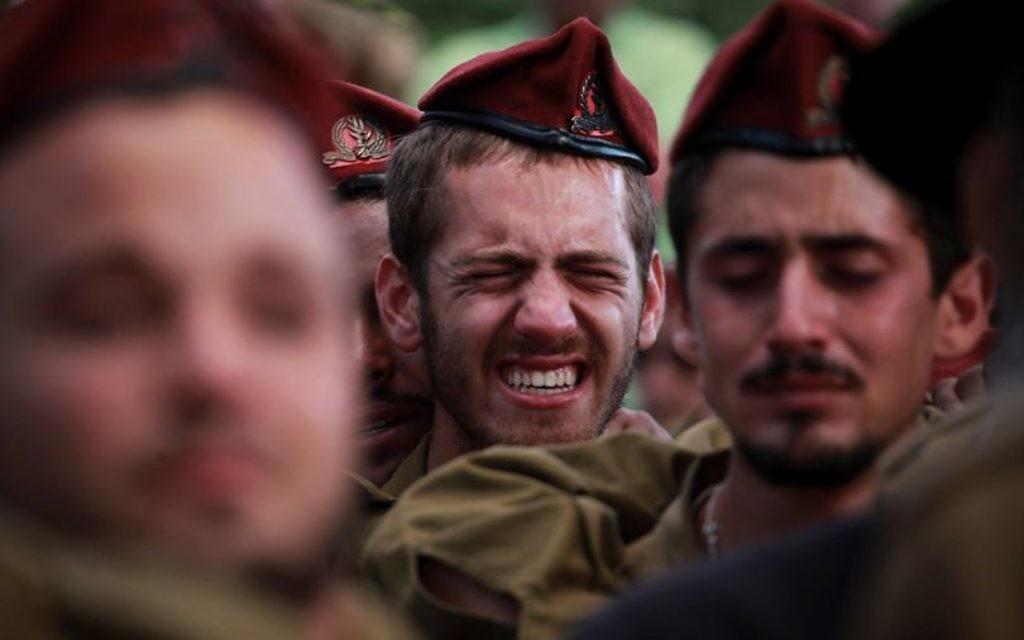 Cérémonie de funérailles du sergent Benaya Rubel, parachutiste de 20 ans tué lors d'affrontements dans la bande de Gaza, au 2e jour de l'invasion terrestre de Tsahal et au 12e jour de l'opération Bordure Protectrice (Crédit : Hadas Parush/Flash90)