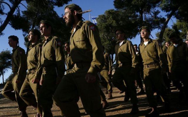 Des recrues haredies défilent à une cérémonie à la Colline des Munitions, Jérusalem, le 26 mai 2012. (Crédit : Miriam Alster/FLASH90)