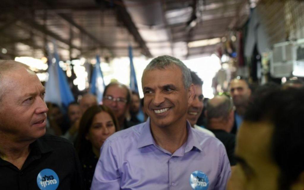 Moshe Kahlon avec des membres de son parti au marché Carmel de Tel-Aviv, le 4 février 2015 (Crédit : Ben Kelmer/FLASH90)