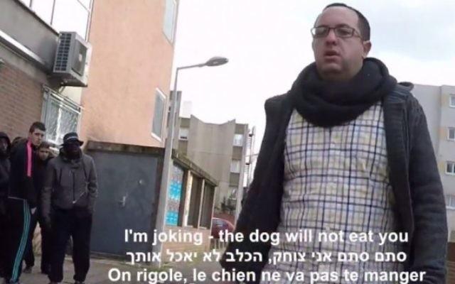Le journaliste israélien ZVika Klein se promenant dans les rues de Paris, en fevrier 2015 (Copie d'écran YouTube)