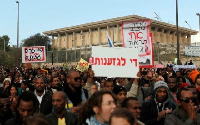 Manifestation contre la discrimination raciale à l'extérieur de la Knesset le 18 janvier 2012 (Crédit : Uri Lenz/ Flash90)