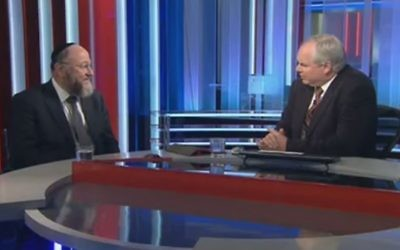 Le Grand Rabbin Ephraïm Mirvis (g) dans une interview avec Sky News le 27 Janvier, 2015. (capture d'écran: YouTube / Sky News)