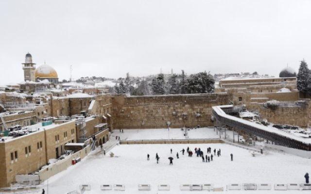 Une vue du mur Occidental  dans la Vieille Ville de  Jérusalem couvert par la neige, le 20 fevrier 2015. (Crédit photo : Yonatan Sindel/Flash90)