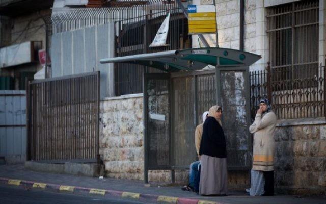 Des femmes arabes attendent à un arrêt de bus dans le quartier de Shuafat à Jerusalem-Est, le 16 décembre, 2014 (credit photo : Miriam Alster/FLASH90)