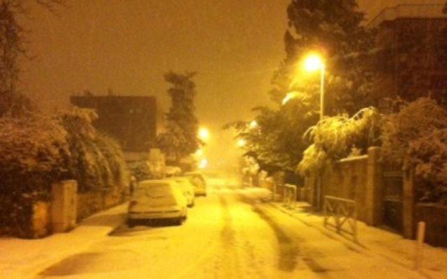 Une épaisse couche de neige recouvre les rues de Jérusalem le 20 février 2015 (Crédit : Lazar Berman/Times of Israel)
