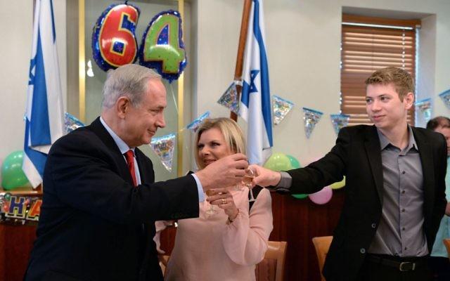 Le Premier ministre Benjamin Netanyahu, sa femme Sara et leur fils Yair, fêtent son 64e anniversaire au bureau du Premier ministre à Jérusalem, le 20 octobre 2013. (Crédit : Kobi Gideon GPO/FLASH90)