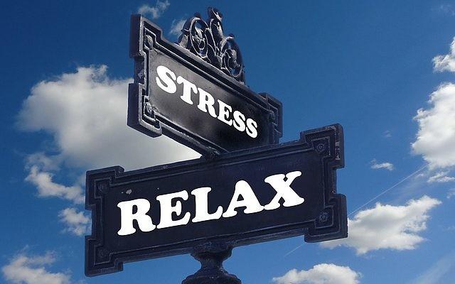 """Panneaux de directions """"Stress"""" et """"relax"""" (Crédit : Pixabay/ Domaine public)"""