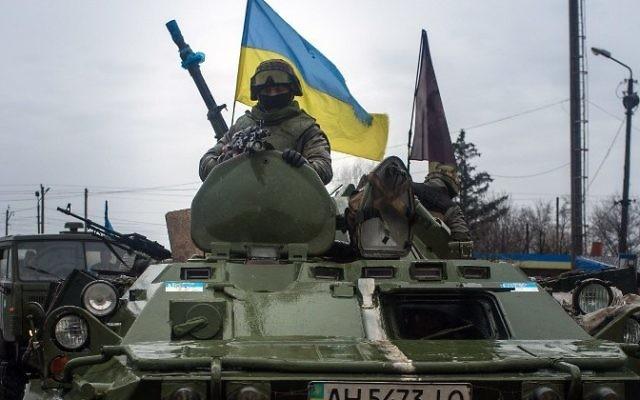 Des soldats ukrainiens à bord de blindés à l'est de l'Ukraine, dans la région de Donetsk, le 1er février 2015. (Crédit : AFP/Oleksander Stashevsky)
