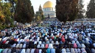 Les Musulmans priant au mont du Temple à la fin du mois saint du ramadan le 28 juillet 2014 (Crédit : Sliman Khader/Flash90)