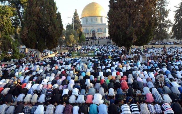 Prière des musulmans au mont du Temple à la fin du mois saint du Ramadan, le 28 juillet 2014. (Crédit : Sliman Khader/Flash90)