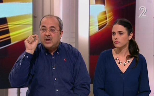 Ahmad Tibi (Liste arabe unie) et Ayelet Shaked (HaByit HaYehudi) lors de leur passage sur la Deuxième chaîne (Crédit : Capture d'écran YouTube Deuxième chaîne)
