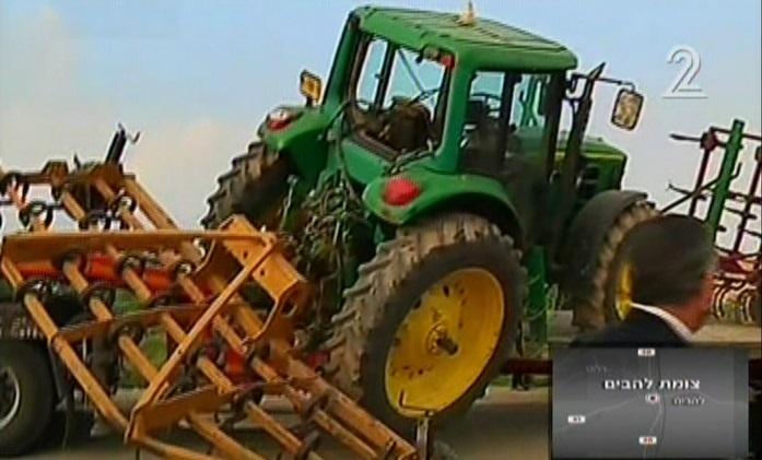 Le tracteur impliqué dans un crash meurtrier le 3 février 2015 (Crédit : Capture d'écran Deuxième Chaîne)