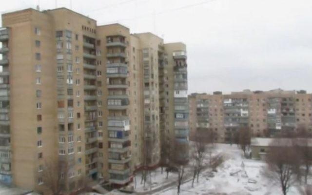 Une vue de la ville de Kramatorsk à l'Est de l'Ukraine pendant qu'elle est bombardée par les forces pro-russes le 10 février 2015 (Crédit : capture d'écran YouTube)