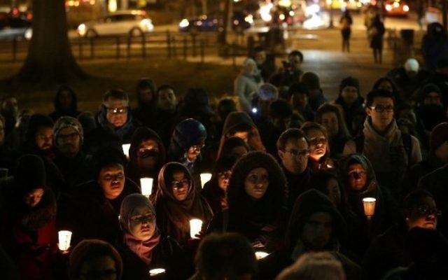 Des partisans du Conseil des relations américano-islamiques organisent une veillée à Dupont Circle, Washington, DC, le 12 février 2015. Crédit : AFP/Win McNamee/Getty Images)