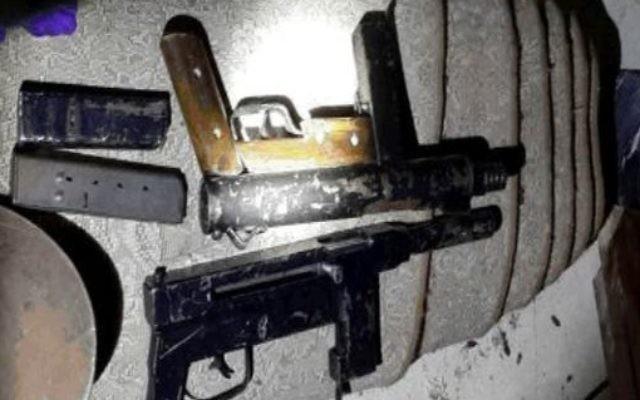 Les armes saisies par le Shin Bet lors de l'arrestation d'une cellule du Hamas opérant en Cisjordanie (Crédit : Shin bet)