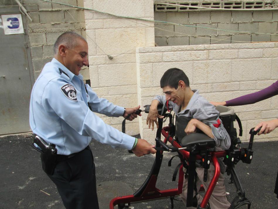 Les officiers de police de la station Leb Habira entrainent les jeunes résidents au marathon depuis des mois (Crédit : Autorisation de ALEH Jérusalem)