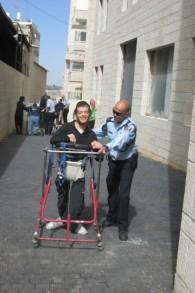 Les officiers de police et les résidents d'ALEH s'entrainent dans un passage près du centre ALEH à Jérusalem (Crédit : Autorisation ALEH Jérusalem)