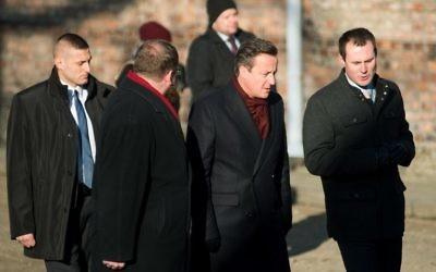 Le Premier ministre britannique David Cameron visite le camp  d'Auschwitz, le 10 décembre 2014. (Crédit : AFP PHOTO / BARTOSZ SIEDLIK)