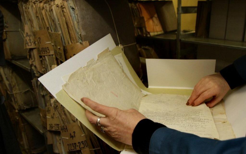 Une archiviste prépare les documents de Vilnius à numériser pour le YIVO le 26 janvier 2015 (Crédit : AFP PHOTO / PETRAS MALUKAS)