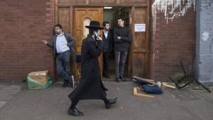 Un juif ultra-orthodoxe devant la synagogue Ahavas Torah, à Stamford Hill, dans le nord de Londres, le 22 mars 2015. Illustration. (Crédit : Niklas Halle'n/AFP)