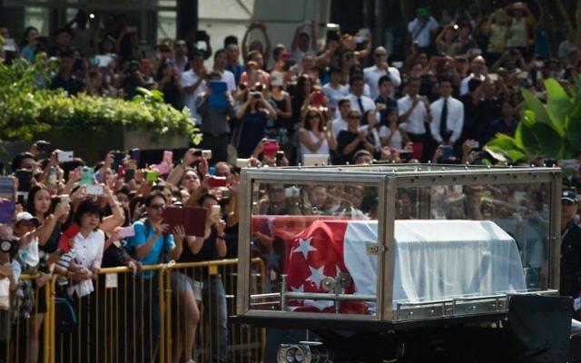 La dépouille de l'ancien premier ministre Lee Kuan Yew a été transférée au Parlement où elle était présentée au public jusqu'à son enterrement. (Crédit : AFP PHOTO / MOHD RASFAN
