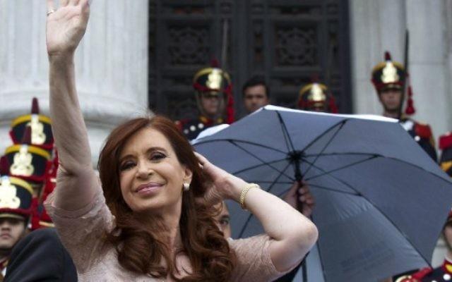 La présidente argentine Cristina Fernandez de Kirchner salue ses supporters en quittant le Parlement après son discours d'ouverture de la session parlementaire le 1er mars 2015 (Crédit : AFP PHOTO / ALEJANDRO PAGNI)