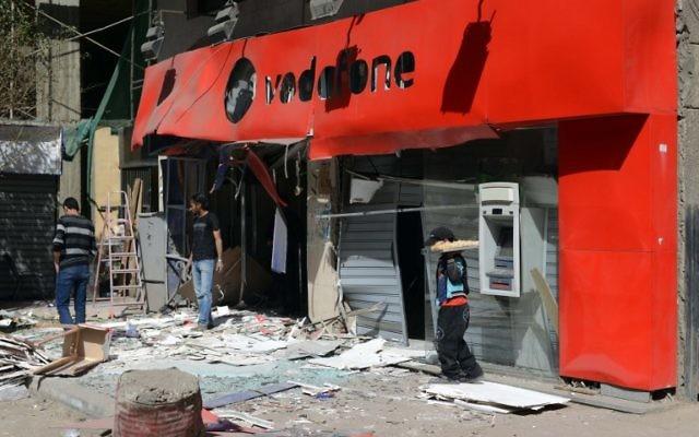 L'un des commerces visés par l'attentat du Caire du 26 février 2015 qui a tué une personne (Crédit : MOHAMED EL-SHAHED / AFP)