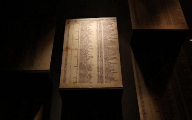 Copie de la Liste de Schindler exposée au musée de Yad Vashem - 4 mars 2015 (Crédit : AFP / GALI TIBBON)