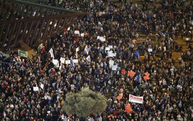 Des milliers d'Israéliens anti-Netanyahu rassemblés à Tel Aviv - 7 mars 2015 (Crédit : Jack Guez/AFP)