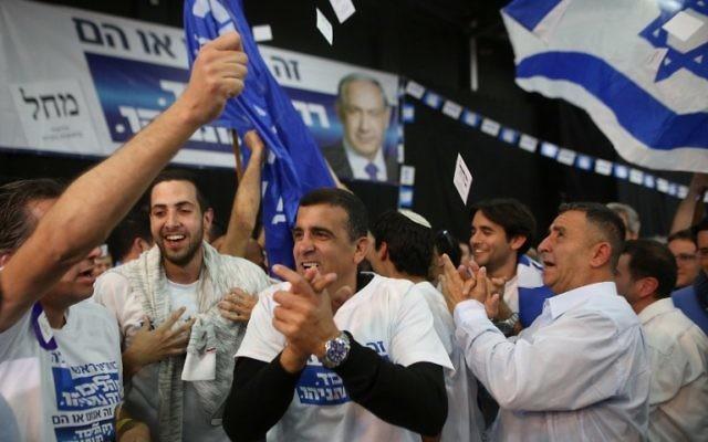Des partisans de Netanyahu au siège de Tel Aviv - 17 mars 2015 (Crédit : AFP PHOTO / MENAHEM KAHANA)