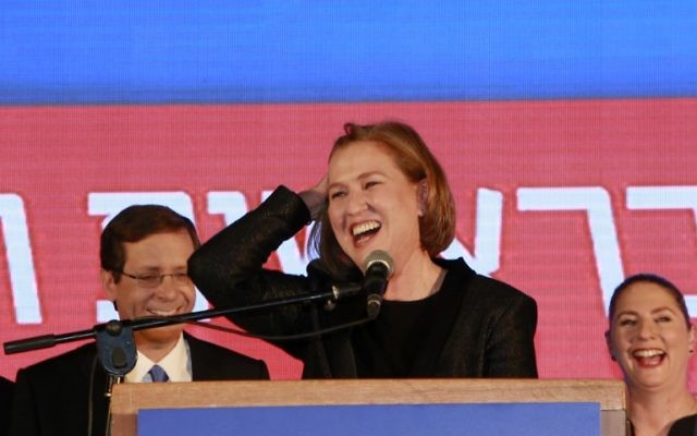 Tzipi Livni, co-dirigeante de l'Union sioniste, réagissant aux estimations des résultats des élections tard dans la soirée du 17 mars 2015 à Tel Aviv (Crédit : AFP / GALI TIBBON)