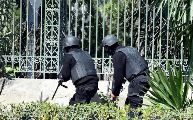 Les forces de sécurité tunisiennes en train de sécuriser la zone après que des hommes armés aient attaqué le célèbre Musée du Bardo de Tunis le 18 mars 2015 (Crédit : AFP/ FETHI BELAID)