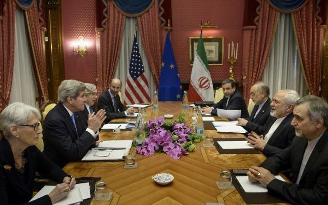 (De g) La sous-secrétaire pour les Affaires politiques, Wendy Sherman, le secrétaire d'Etat américain John Kerry, le secrétaire américain de l'Énergie Ernest Moniz, Robert Malley, membre du Conseil national de sécurité des États-Unis, le sous-ministre iranien des Affaires étrangères Abbas Araghchi, le chef de l'agence de l'énergie atomique Ali Akbar Salehi, le ministre iranien des Affaires étrangères Javad Zarif et Hossein Fereydoun, adjoint spécial au président iranien, assistent à une réunion à l'hôtel Beau Rivage - 29 mars 2015 à Lausanne, Suisse. (Crédit : AFP PHOTO / POOL / BRENDAN SMIALOWSKI)