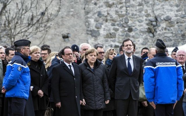 (de g à d) François Hollande, Angela Merkel et Mariano Rajoy sur les lieux du crash - 25 mars 2015 (Crédit : AFP)