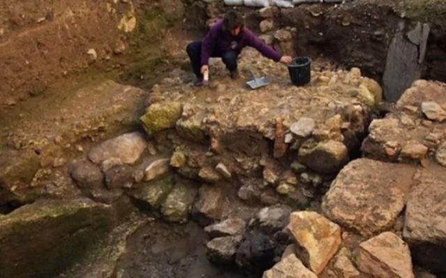 Un archéologue britannique associe cette maison de Nazareth à un ancien texte en suggérant qu'il s'agirait de la maison où Marie et Joseph ont élevé leur fils (Crédit : capture d'écran YouTube).