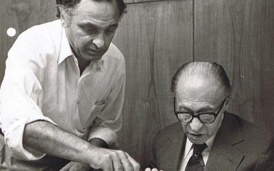 Yehuda Avner (à gauche) au travail avec le Premier ministre Menahem Begin en 1980. (Crédit : Autorisation de Moriah Films)