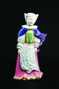 Statuette d'une femme debout avec les vêtements officiels de la communauté juive de Francfort du 16ème siècle. (Crédit : Autorisation de Cohen & Cohen / JTA)