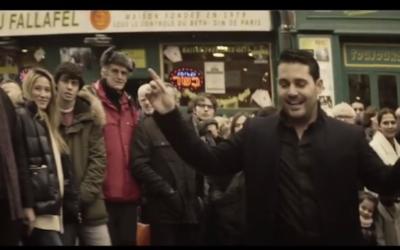 Capture d'écran Gad Elbaz dans le clip de la chanson Hava Naguila (Crédit : YouTube)