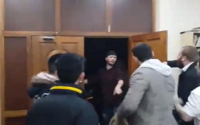 Capture d'écran de l'attaque de la synagogue de Londres dans la soirée du 22 mars 2015 (Crédit : YouTube)