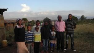 Yosef Njogu et Ruth avec sept de leurs 13 enfants. Ils sont la plus grande famille et représentent environ un quart de l'ensemble de la communauté juive de Kasuku. (Crédit : Melanie Lidman / Times of Israël)